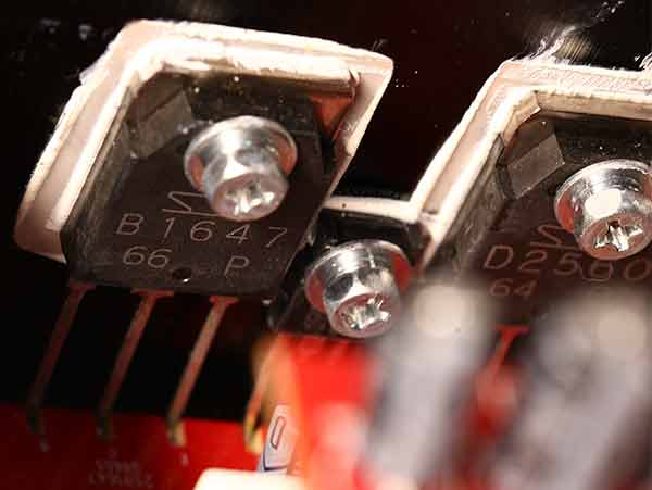 Anthem MRX 520 teardown Output transistors.jpg