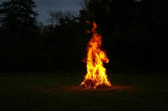 Samhain+2008_straw+man+burning.jpg.small.jpg